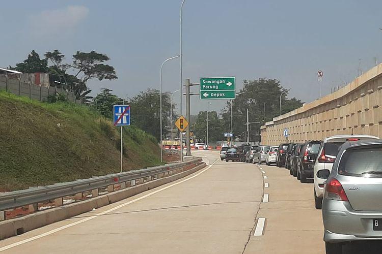 Jalan keluar setelah Gerbang Tol Sawangan 1 yang merupakan bagian dari Jalan Tol Depok-Antasari (Desari).