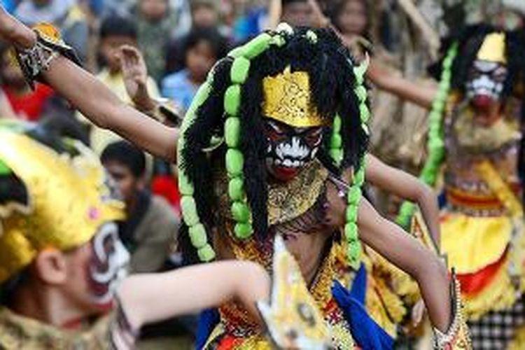 Anak-anak mementaskan tari Grasak Bocah saat tampil di Festival Lima Gunung XIII di Dusun Warangan, Kecamatan Pakis, Kabupaten Magelang, Jawa Tengah, Minggu (24/8/2014). Festival tahunan yang telah berlangsung selama 13 tahun ini menjadi tempat berkesenian warga desa. Dari berkesenian itu mereka saling membangun relasi kekeluargaan dan kebersamaan.