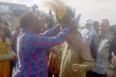 Dipasangi Topi Burung Cendrawasih, Wapres Jusuf Kalla Tertawa Lebar