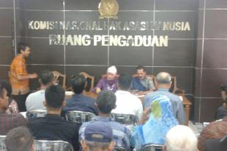 Keluarga dan korban kasus-kasus HAM masa lalu mendatangi Komisi Nasional Hak Azasi Manusia (Komnas HAM), Kamis (4/12/2014).