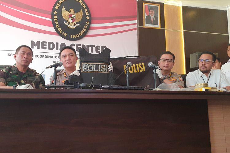Kepala Divisi Humas Polri Irjen Muhammad Iqbal menunjukan barang bukti saat jumpa pers terkait kerusuhan 22 Mei, di Kantor Kemenko Polhukam, Jakarta, Senin (27/5/2019).