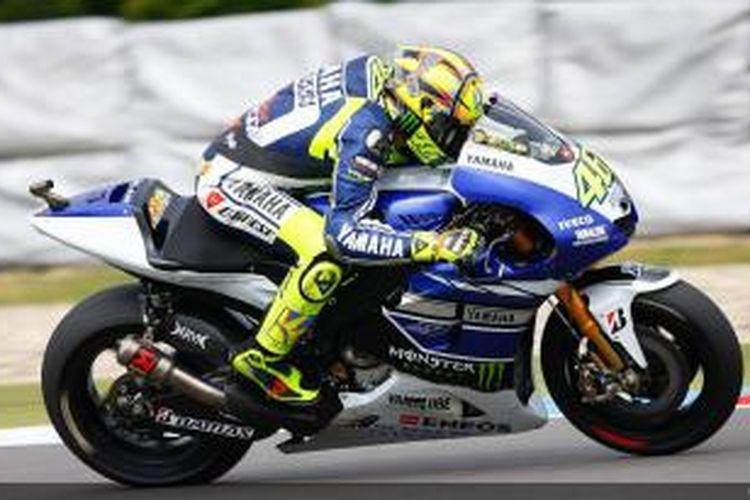 Pebalap Yamaha Factory Racing asal Italia, Valentino Rossi, memacu motornya pada balapan GP Ceko di Sirkuit Brno, Minggu (25/8/2013).