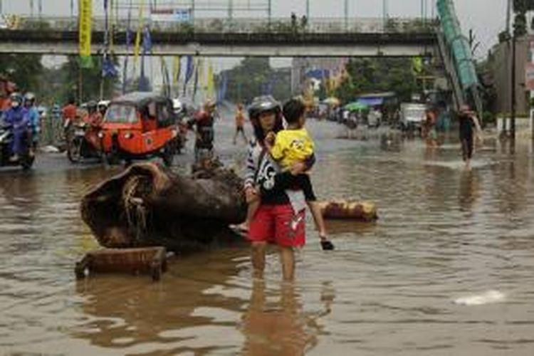 Kondisi Jalan KH Abdullah Syafei yang sempat terputus karena banjir, Jakarta, Senin (20/1/2014). Banjir diakibatkan oleh meluapnya debit air Sungai Ciliwung karena hujan yang melanda Jakarta dan sekitarnya. KOMPAS IMAGES/RODERICK ADRIAN MOZES