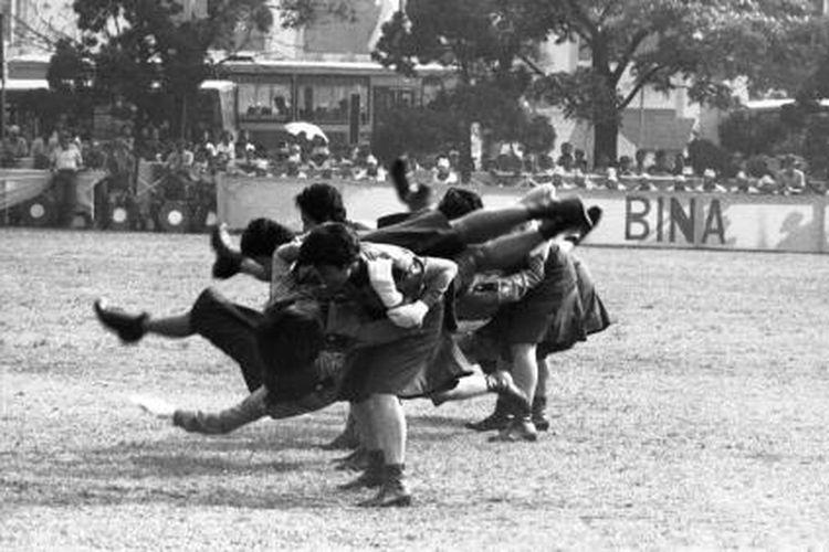 Peringatan Hari Bhayangkara ke-48 yang dipusatkan di Lapangan Mabes Polri Jakarta Selatan Jumat (1/7/1994) antara lain diisi dengan peragaan bela diri Korps Polisi Wanita. Terkait foto dan berita dimuat Sabtu, Kompas 02-07-1994