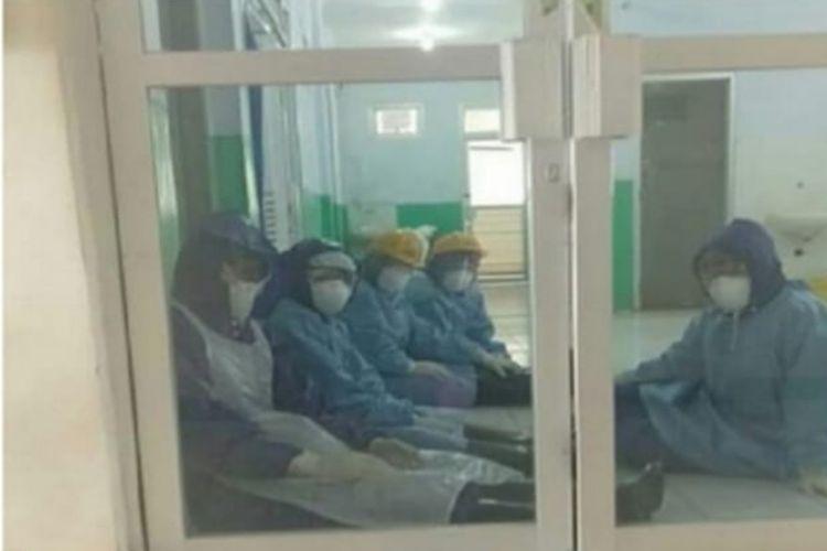 Para medis dengan pakaian Alat Pelindung Diri (APD) setia dan sabar melayani pasien, Selasa, (24/3/2020). (HANDOUT/HUMAS RSUD DOKTER BEN MBOI RUTENG)