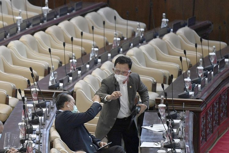 Anggota DPR mengenakan face shield saat mengikuti Rapat Paripurna DPR ke-18 Masa Persidangan IV Tahun Sidang 2019-2020,  di Kompleks Parlemen Senayan, Jakarta, Selasa (14/7/2020). Rapat Paripurna DPR ke-18 mengagendakan sejumlah pembahasan diantaranya pengambilan keputusan tentang UU Pilkada, laporan tentang rencana kerja pemerintah 2021 dan pengambilan keputusan tentang kerjasama pertahanan dengan Ukraina. ANTARA FOTO/Puspa Perwitasari/hp.