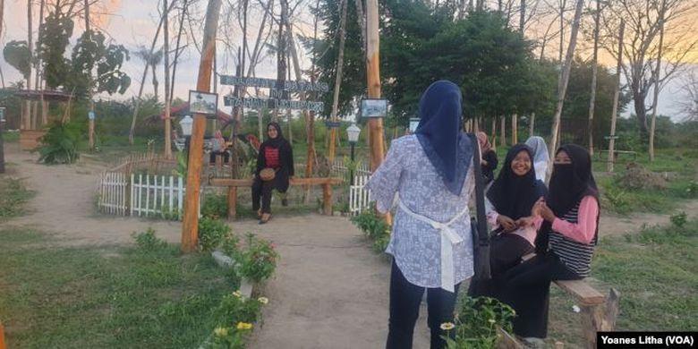 Aktifitas pengunjung berfoto di Taman Likuefaksi di desa Lolu, Kabupaten Sigi, Sulawesi Tengah, Minggu, 25 Oktober 2020.