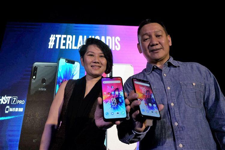 Monika Rudijono (kiri), Chief Marketing Officer Lazada Indonesia, dan Christian Sudibyo (kanan), Vice President Infinix Indonesia, dalam peluncuran dua ponsel Infinix terbaru di Jakarta, Kamis (2/5/2019).