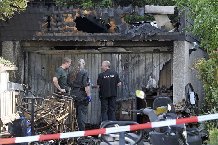 Polisi memeriksa sebuah garasi yang hancur akibat ledakan granat dan amunisi sisa Perang Dunia II, pada Selasa (30/5/2017). Ledakan terjadi pada Senin sore.