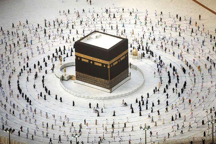 Umat Muslim mengitari Kabah saat melakukan tawaf ibadah haji dengan penerapan protokol kesehatan di Masjidil Haram, Kota Mekah, Arab Saudi, Minggu (2/8/2020). Pelaksanaan haji yang istimewa tahun ini di tengah pandemi Covid-19 hanya diikuti sekitar 1.000 jemaah, dengan protokol kesehatan yang ketat.