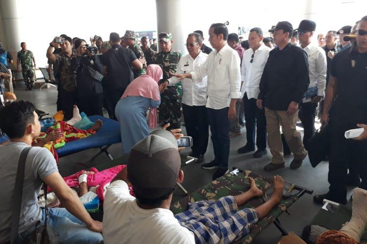 Presiden RI Joko Widodo bersama Ibu Iriana tiba di Palu, Sulawesi Tengah, Rabu (3/10/2018). Kunjungan Jokowi ke Palu untuk kedua kalinya pasca-gempa dan tsunami melanda Palu dan Donggala. Presiden menemui korban gempa dan tsunami yang dirawat dan mengungsi di Bandara Sis Al-Jufri.