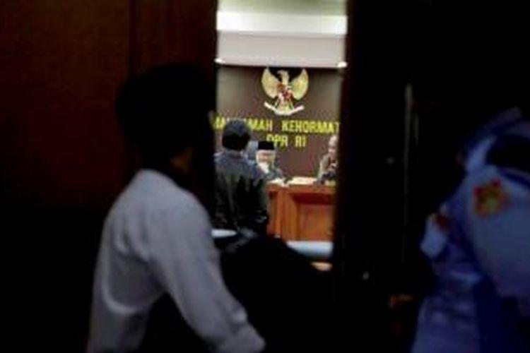 Ketua Mahkamah Kehormatan Dewan (MKD) DPR Surahman Hidayat (kiri) memimpin jalannya sidang internal di ruang sidang MKD, di Gedung MPR/DPR/DPD, Jakarta, Senin (23/11). MKD menggelar rapat internal untuk menentukan mekanisme rapat terhadap Ketua DPR Setya Novanto yang diduga menggunakan nama Presiden dan Wakil Presiden untuk meminta saham kepada PT Freeport Indonesia.