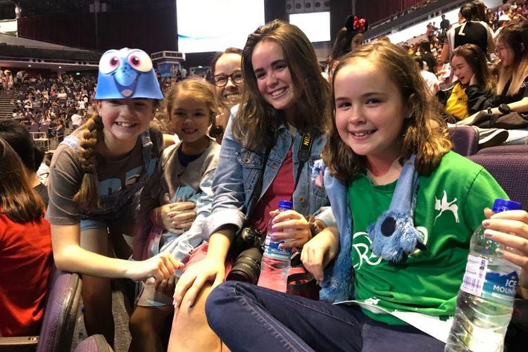 Savannah (kanan) bersama ibu dan dua kakak dan adiknya menyaksikan pertunjukan Disney on Ice di Singapore Indoor Stadium, Singapura, Rabu (14/3/2018).