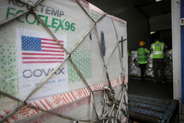 Petugas kargo melakukan bongkar muat vaksin COVID-19 jenis Moderna dari pesawat setibanya di Terminal Cargo Bandara Internasional Soekarno Hatta, Tangerang, Banten, Minggu (11/7/2021). Sebanyak 3.060.000 dosis vaksin Moderna buatan perusahaan asal Amerika Serikat tiba di Indonesia melalui kerjasama multilateral COVAX facility. ANTARA FOTO/Fauzan/foc.