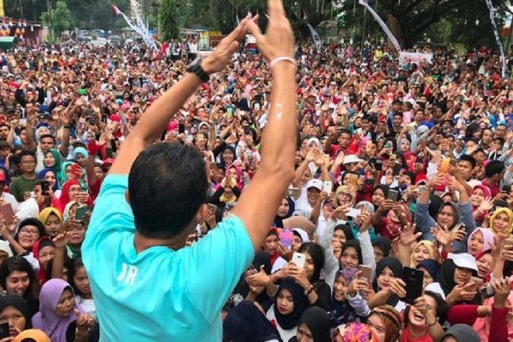 Bakal Calon Wakil Presiden Sandiaga Uno membuka kegiatan jalan sehat bersama yang dimulai di Stadion Teladan, Medan, Sumatera Utara, Minggu (16/9/2018). Sandi disambut meriah oleh sekitar 30.000 peserta jalan sehat yang mayoritas adalah omak-omak (emak-emak) Sumatera Utara.