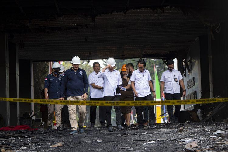 Kepala Pusat Laboratorium Forensik (Puslabfor) Mabes Polri Brigjen Pol Ahmad Haydar (kedua kiri) bersama jajarannya berjalan usai melakukan olah tempat kejadian perkara (TKP) kebakaran gedung utama Kejaksaan Agung di Jakarta, Senin (24/8/2020). Tahap awal olah TKP dilakukan dengan memeriksa konstruksi bangunan yang terbakar dan bila dipastikan aman akan dilanjutkan olah TKP di titik api untuk mengetahui penyebab kebakaran. ANTARA FOTO/Aditya Pradana Putra/pras.