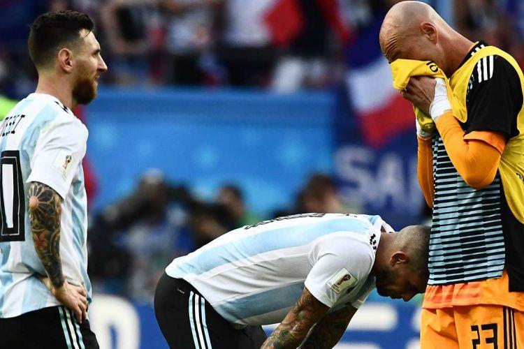 Kesedihan para pemain Argentina, Lionel Messi, Ever Banega dan Will Caballero seusai dikalahkan oleh Perancis pada babak 16 besar Piala Dunia 2018, di Kazan Arena, Sabtu, 30 Juni 2018.