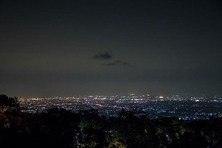 Gemerlap Lampu Kota Yogyakarta dari Gunung Mungker.
