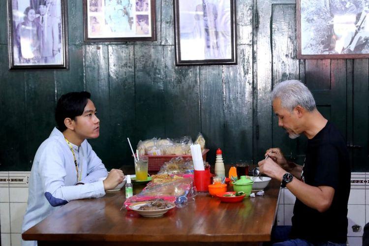 Gubernur Jawa Tengah Ganjar Pranowo bersama Gibran Rakabuming Raka saat sarapan Soto Gading di Solo, Jumat (6/11/2020).