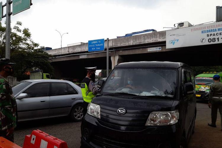 Sejumlah kendaraan pribadi yang terindikasi hendak mudik Lebaran 2021 diberhentikan dan diperiksa petugas di Pos Penyekatan Gerbang Tol Betung, Kabupaten Tangerang, Kamis (6/5/2021).