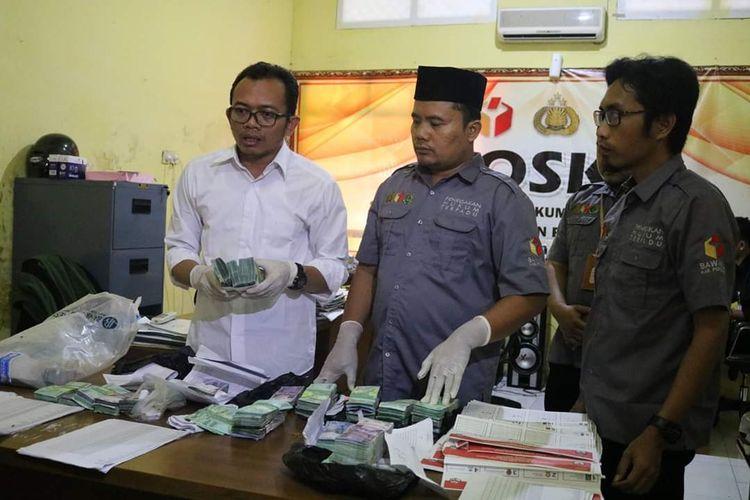 Bawaslu Kabupaten Ponorogo menunjukkan uang yang diduga untuk money politic caleg senilai Rp 66 jutaan. Uang itu diamankan dari salah satu rumah warga di wilayah Kecamatan Jambon, Kabupaten Ponorogo, Senin (15/4/2019).