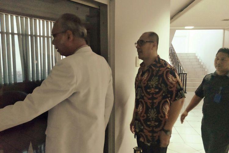 Dokter KPK, dr Johannes Hutabarat, mendatangi Rumah Sakit Medika Permata Hijau, tempat Setya Nobanto dirawat