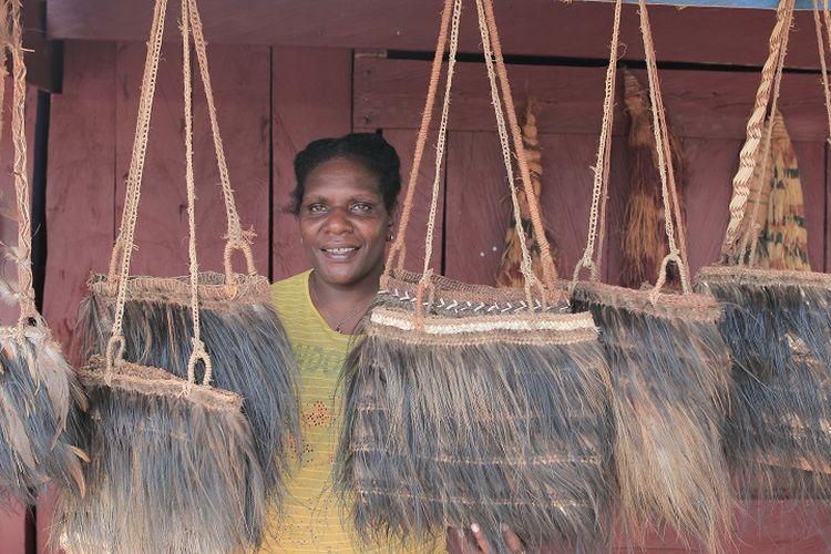 Noken adalah tas khas Papua yang digunakan untuk membawa hasil pertanian dan barang dagangan ke pasar.