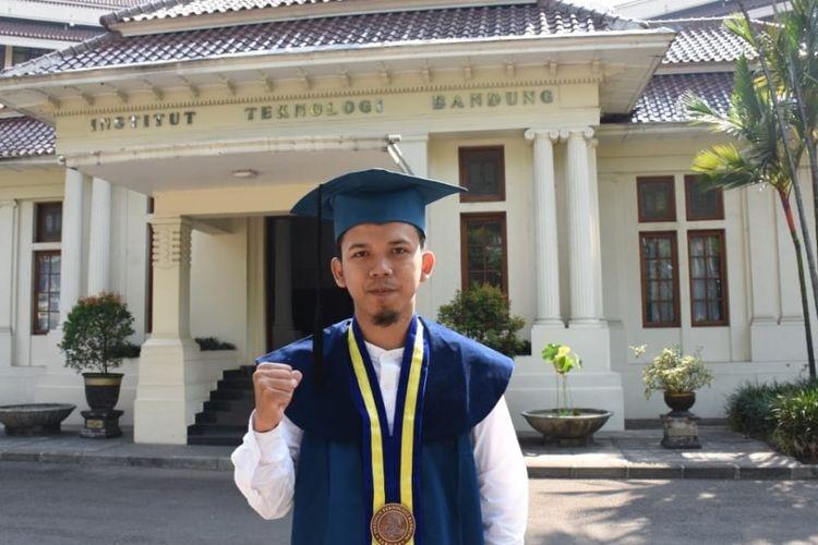 Muhammad Reza Nurrahman (22 tahun) lulus dari Fisika ITB dengan IPK 3,98.