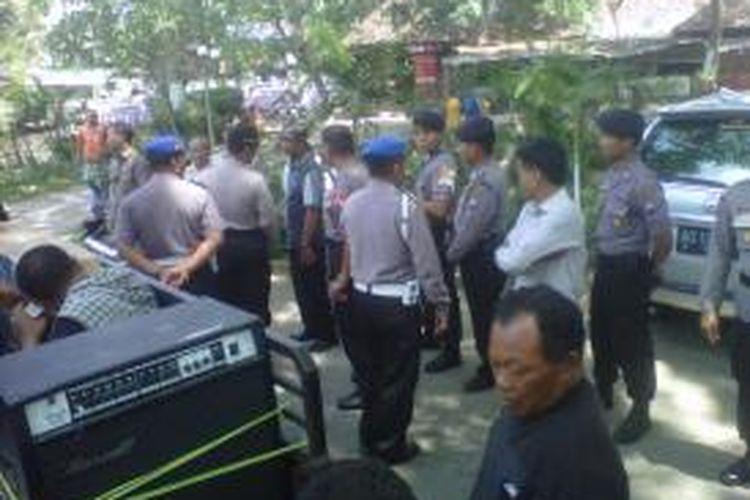 Sebagian personil Polres Kediri Kota, Jawa Timur, bersiaga menjelang aksi unjukrasa pilwali Kota Kediri yang akan berlangsung di Taman Sekartadji, Selasa (3/9/2013)