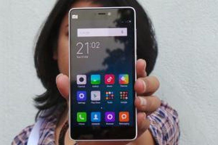 Tampak depan Xiaomi Mi 4i warna putih. Perangkat ini menggunakan MIUI 6.