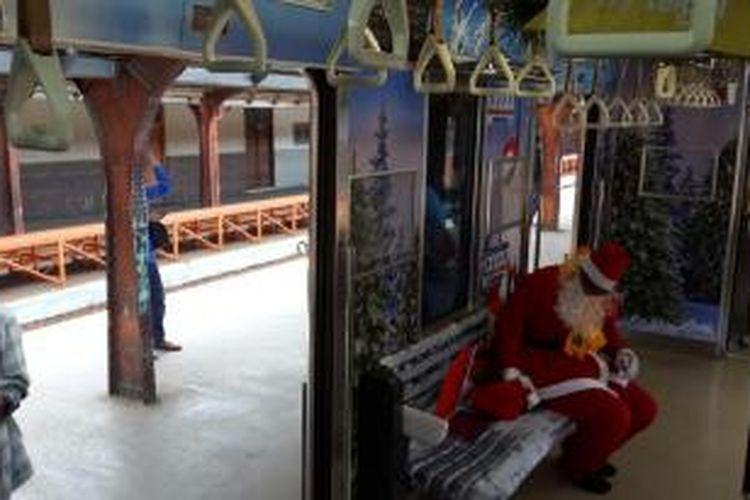 Gerbong kereta rel listrik (KRL) bertema Natal