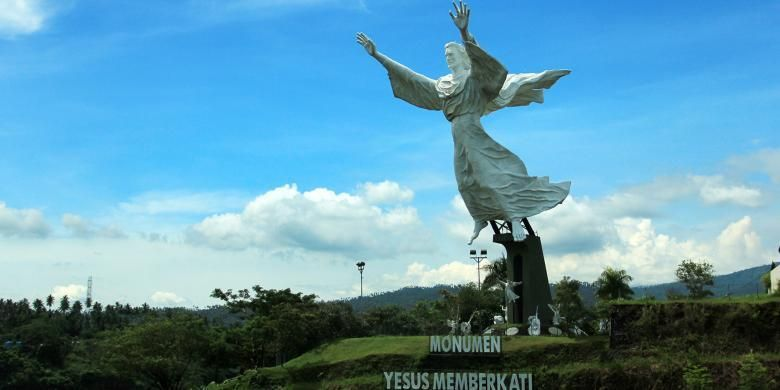 Monumen Yesus Memberkati di komplek Perumaha Citra Land, menjadi salah satu ikon wisata di Manado, Sulawesi Utara.