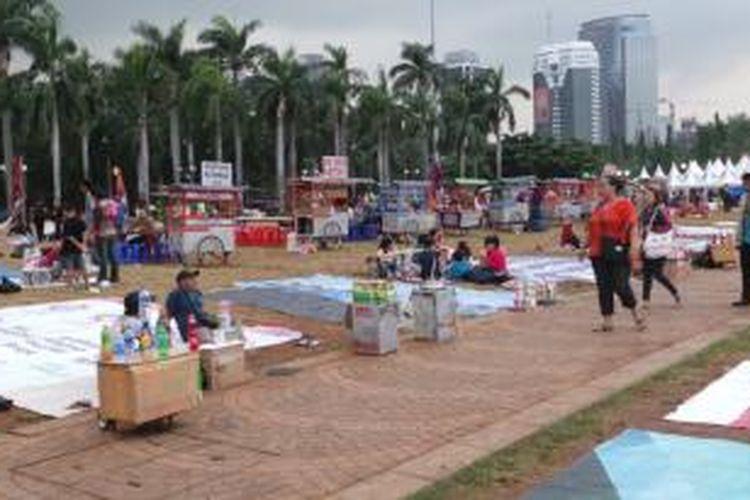 Pedagang kaki lima (PKL) membeludak di Pekan Rakyat Jakarta (PRJ) Monas, Jakarta. Pengunjung menyayangkan ketidaktegasan Pemprov DKI dalam mengatasi PKL ini. Foto diambil pada Sabtu (14/6/2014).