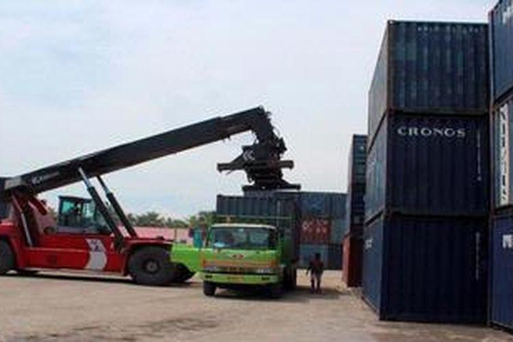 Ilustrasi bongkar muat peti kemas di pelabuhan