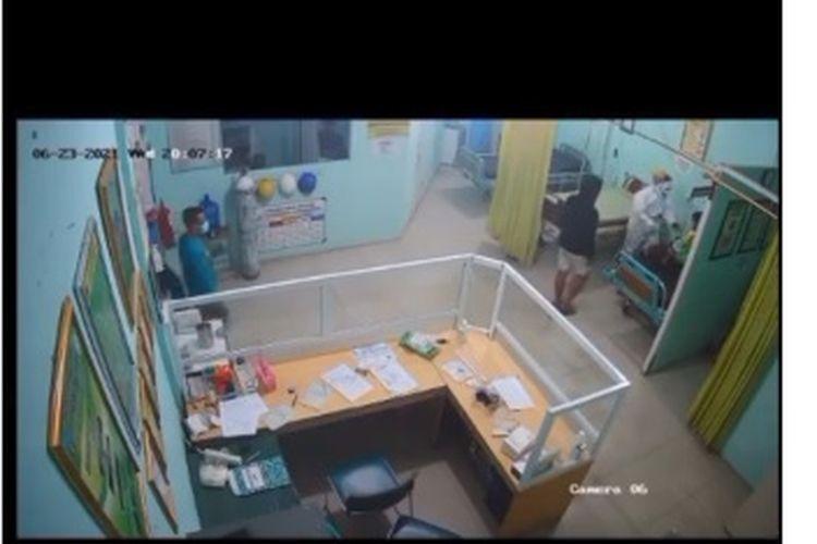 Viral di media sosial video rekaman kamera CCTV yang memperlihatkan seorang perawat dipukul oleh seorang pria.