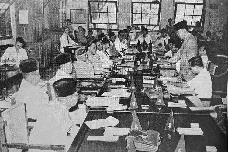 Sidang PPKI pada 18 Agustus 1945 yang salah satu hasilnya adalah menetapkan UUD 1945 serta memilih presiden dan wakil presiden Republik Indonesia.