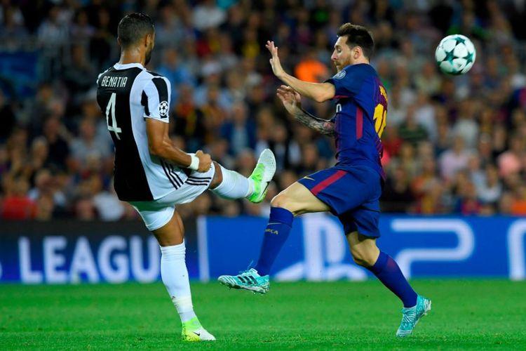 Lionel Messi mencoba menghindar dari sapuan Medhi Benati saat Barcelona berhadapan dengan Juventus pada matchday pertama Liga Champions di Camp Nou, Selasa (12/9/2017).