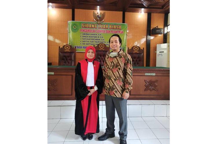 Ihsan dan sang istri, Amirah Lahaya saat pengambilan sumpah dan pelantikan sebagai hakim.