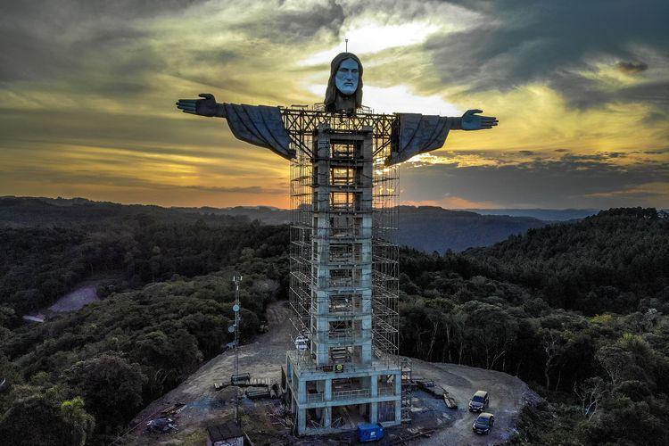 Patung Yesus yang sedang dibangun di Encantado, Rio Grande do Sul, Brasil pada Jumat, 9 April, 2021. Patung yang dijuluki Christ the Protector (Kristus Sang Pelindung) ini akan menjadi salah satu yang tertinggi di dunia, mengalahkan patung Yesus raksasa di Kota Rio de Janeiro.