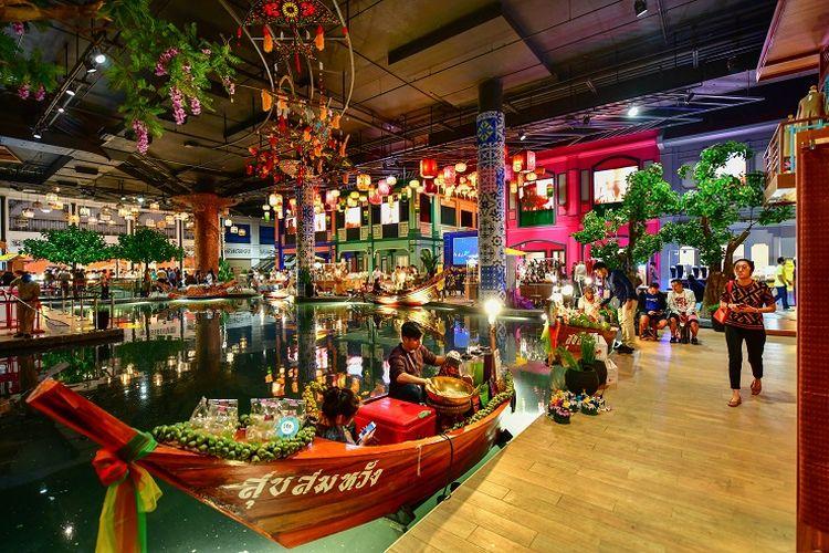 Pasar apung yang berada di dalam mal ICONSIAM di Bangkok, Thailand.