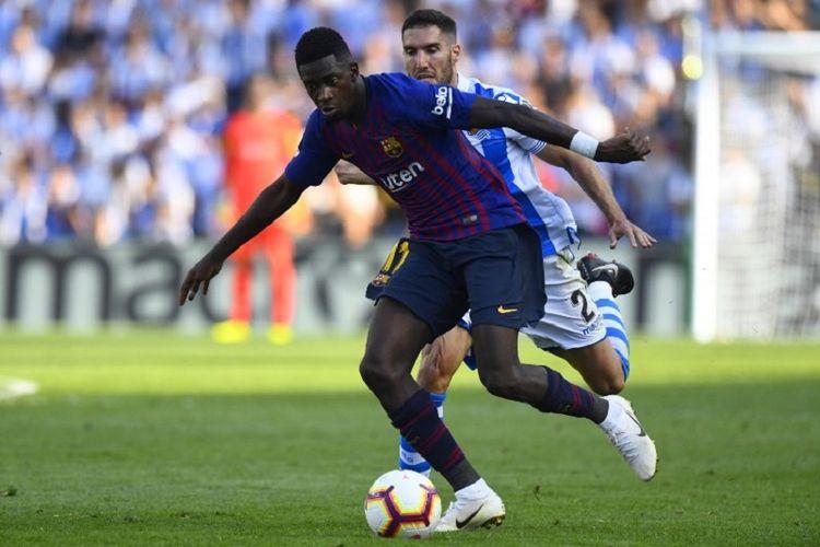 Ousmane Dembele dibayang-bayangi Joseba Zaldua pada laga Real Sociedad vs Barcelona dalam lanjutan Divisi Primera La Liga di Stadion Anoeta, 15 September 2018.