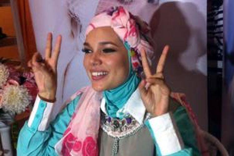 Dewi Sandra berpose usai wawancara di Senayan City, Jakarta Pusat, Jumat (26/6/2016).