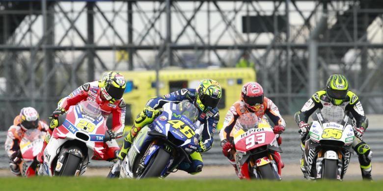 Para pebalap MotoGP (kanan-kiri), Cal Crutchlow (LCR Honda), Marc Marquez (Repsol Honda), Valentino Rossi (Movistar Yamaha), dan Andrea Iannone (Ducati), bersaing saat balapan GP Inggris di Sirkuit Silverstone, Minggu (4/9/2016).