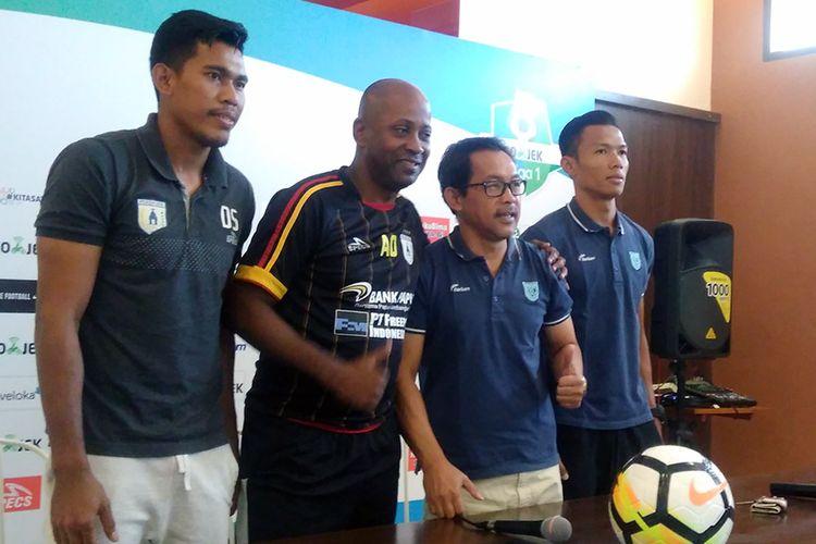 Perwakilan pemain dan pelatih Persela Lamongan serta Persipura Jayapura saat foto bersama, 28 Juli 2018.