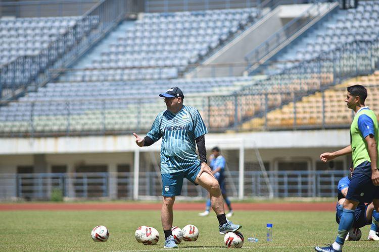Pelatih Persib Bandung, Robert Rene Alberts, saat memimpin sesi latihan timnya di Stadion Gelora Bandung Lautan Api (GBLA), Kamis (8/4/2021).