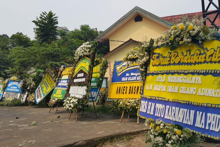 Sejumlah karangan bunga ucapan belasungkawa untuk Briptu Anumerta Imam Gilang Adinata (24) dipasang di halaman SDN Menteng Dalam 05 Pagi, Tebet, Jakarta Selatan, Kamis (25/5/2017).