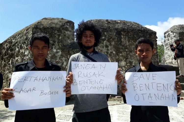 Sejumlah mahasiswa memprotes perusakan situs Benteng Otanaha oleh proyek Dinas Pariwisata Kota Gorontalo.