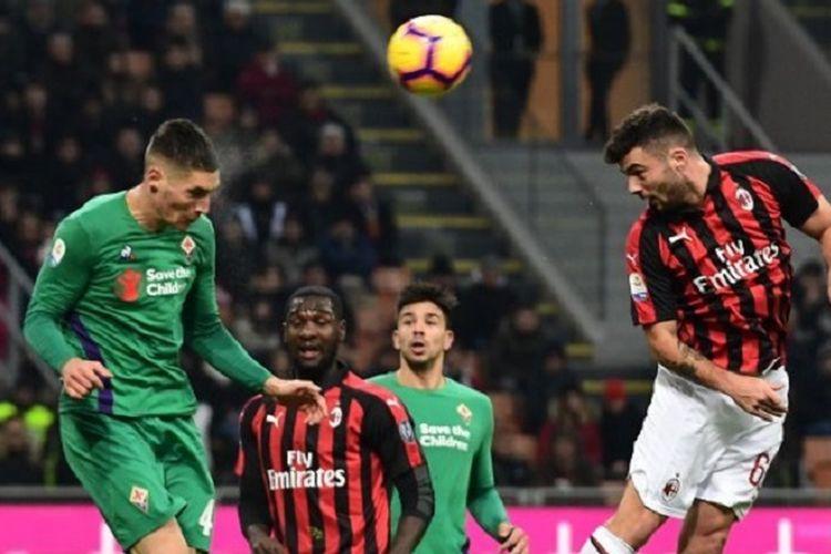 Patrick Cutrone menyundul bola dan coba menjebol gawang lawan pada laga AC Milan vs Fiorentina di San Siro dalam lanjutan Serie A Liga Italia, 22 Desember 2018.
