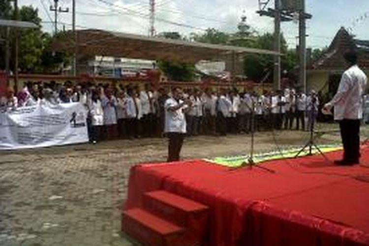 Aksi mogok kerja dokter juga terjadi di Jember, Jawa Timur, Rabu (27/11/13)