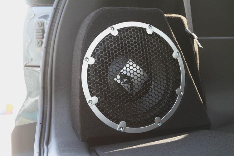 Mitsubishi Xpander Cross Rockford Fosgate Black Edition. Hadir dengan head unit Rockford Fosgate dengan subwoofer dan amplifier. Ditawarkan satu transmisi otomatik dengan dua pilihan warna putih dan abu abu metalik. Dibadnerol Rp 304,7 juta